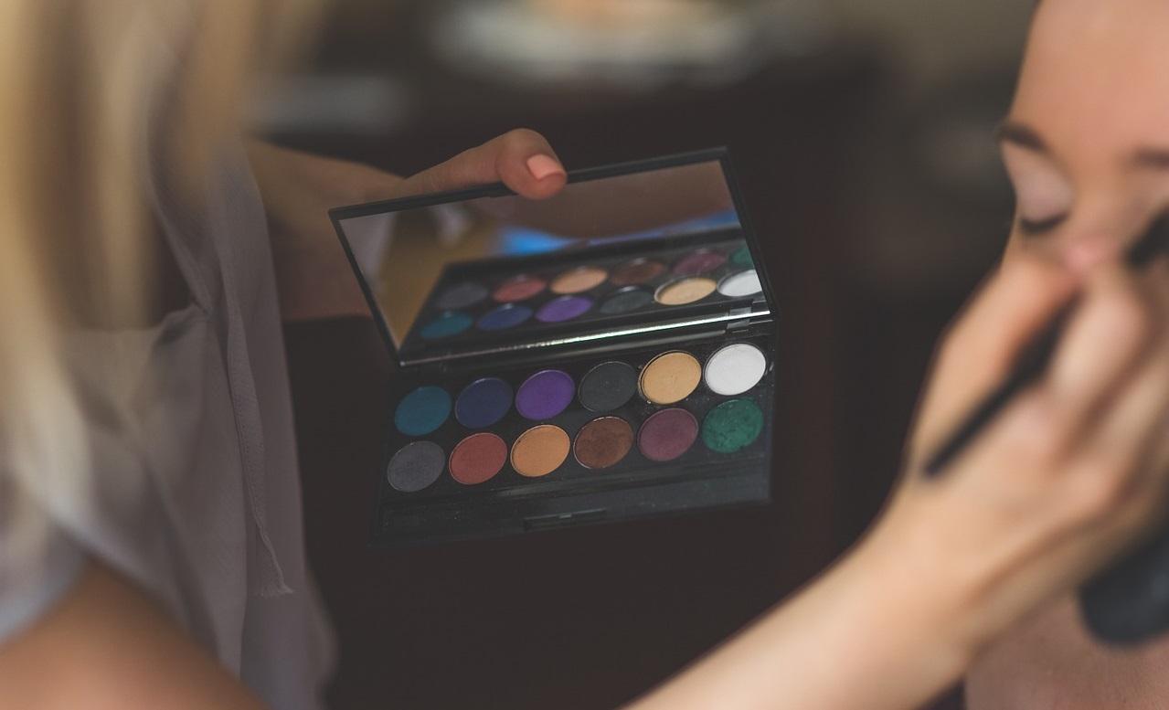 Putting make-up