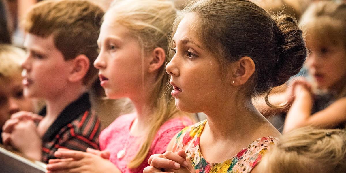 CHILDREN KNEELING AT MASS