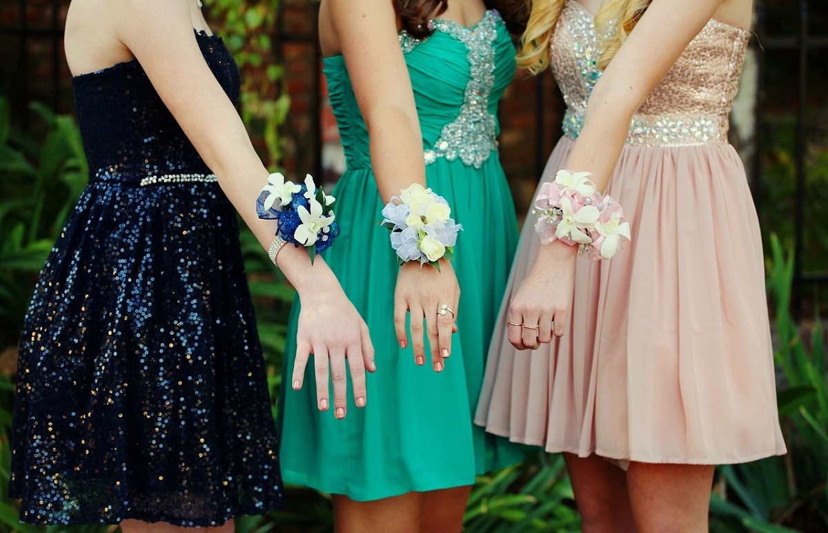 GIRLS GOING TO THE PROM