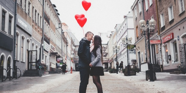 COUPLE WITH RED BALOONS
