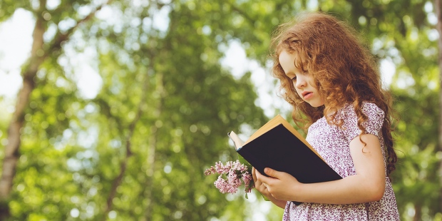DZIEWCZYNKA Z BIBLIĄ