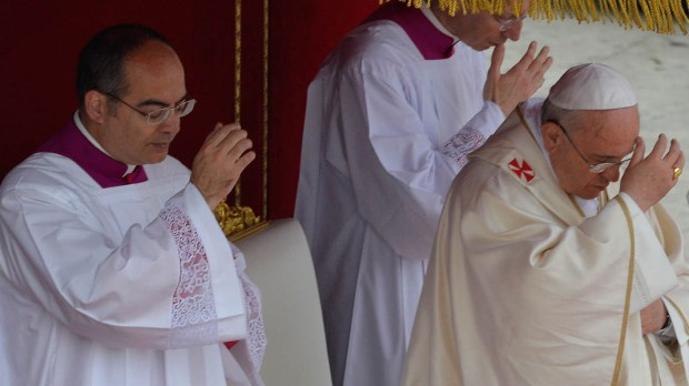 POPE FRANCIS,SIGN OF THE CROSS