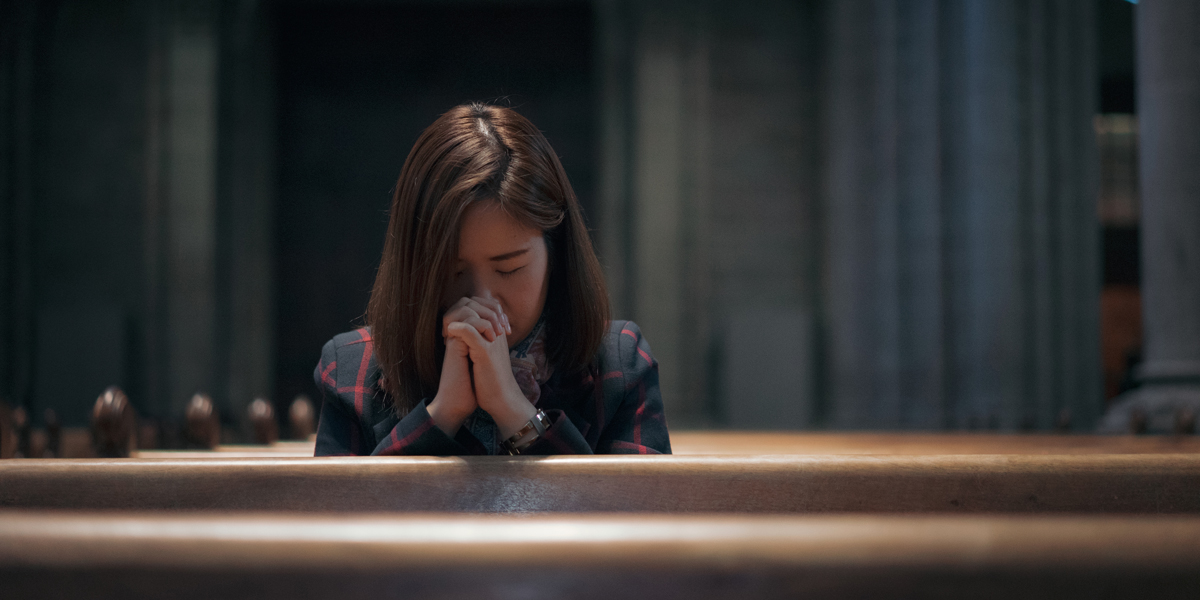WOMAN,PRAYING,MASS