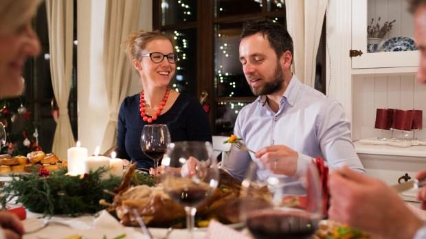 Famille lors d'un dîner de Noël