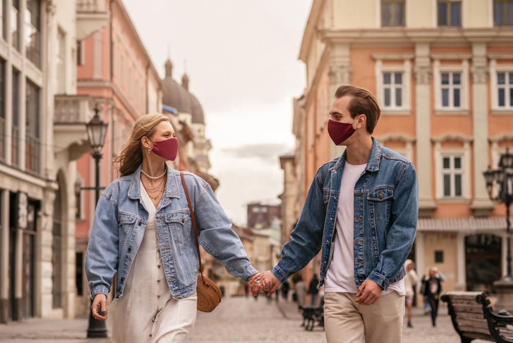 COUPLE WALK COVID