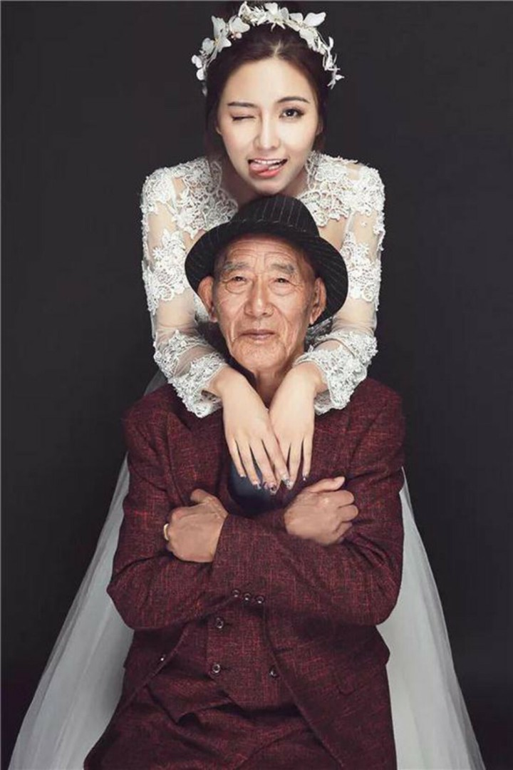 Dedek in vnukinja v poročni obleki