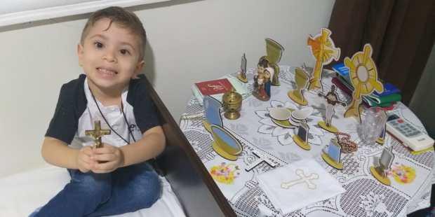 Francisco med igro svete maše