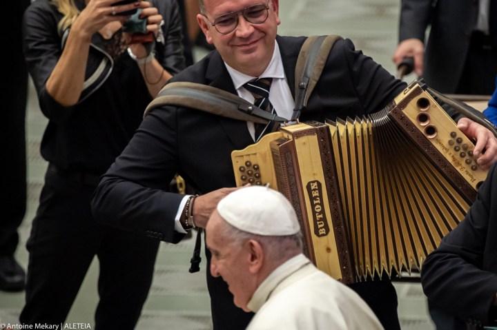 Slovenska harmonika za papeža Frančiška